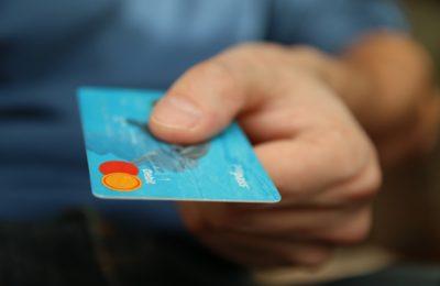 Come aprire una porta con una tessera o carta bancomat